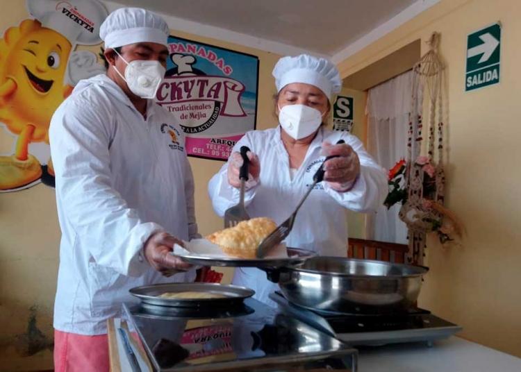 Actualmente Vickyta sigue elaborando empanadas junto a su esposo, su hijo y su nieta.