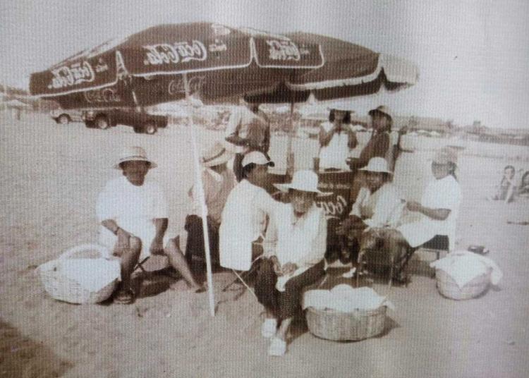 Liderados por doña Rufina, ofrecían empanadas en la playa de Mejía.