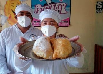 Emilio y su madre, comparten la pasión por la repostería y tienen un local en Arequipa.