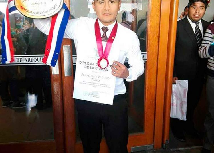 Distinguido. El boxeador arequipeño recibió varios reconocimientos por su labor.