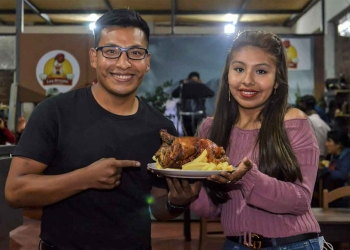 El boxeador junto a su novia Pierina, encontraron en los pollos a la brasa, el negocio que les permitió afrontar los duros momentos de la pandemia.