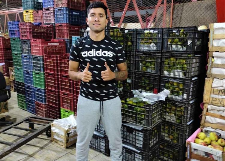 La venta de frutas como negocio familiar, se convirtió en la fuente de ingresos para el futbolista durante estos meses.
