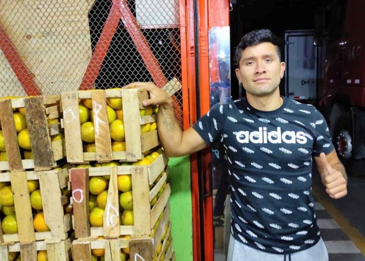 El trabajo de Cristian empieza a las 5 de la mañana y acaba a las 6 de la tarde. El deportista, colgó los chimpunes temporalmente y se dedica a la venta de fruta.