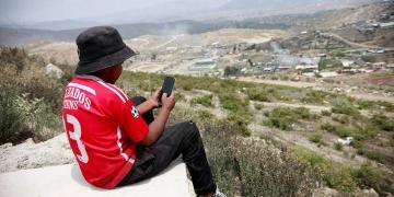 Aldair tiene 12 años y está en primero de secundaria, él espera su turno para usar el celular  de su madre y desarrollar sus clases.