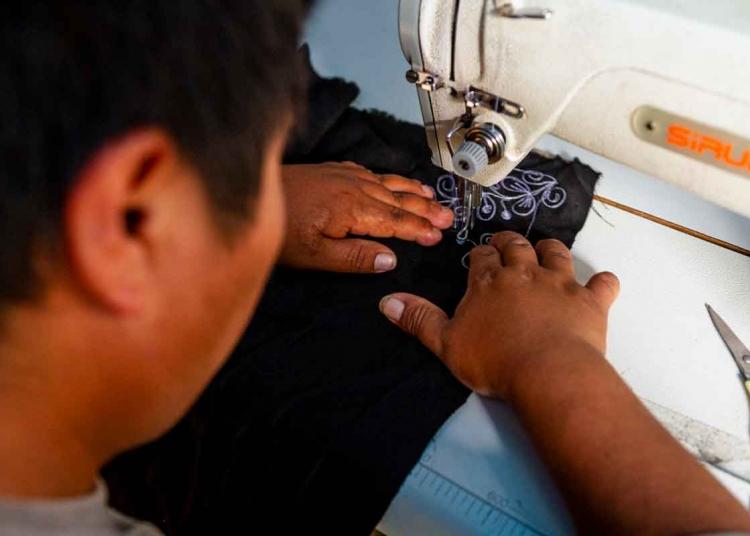En los talleres de Comodora se realizan pruebas de bordado para el uso de nuevas telas.