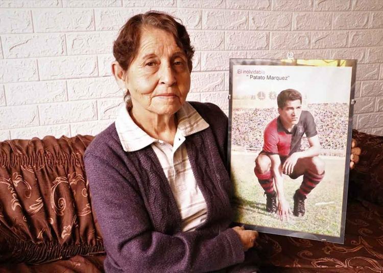 Sonia Lazo, mantiene viva la memoria de su esposo. Ahora vive con sus hijos y nietos que la protegen de la pandemia.