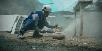 Su taller es su centro de operaciones, allí da utilidad y belleza a las piedras. (Foto: Jimy Tapia)