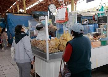 El pollo, pan y la soya son los productos que directamente reaccionan al incremento del dólar.