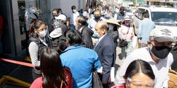 Las aglomeraciones en diferentes servicios como bancos y centros comerciales, es el pan de cada día.