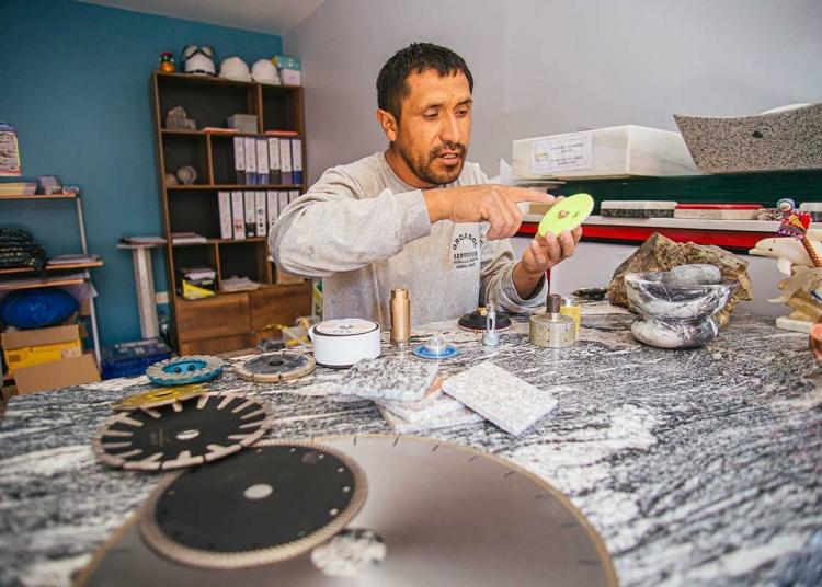 Con lijas y discos diamantados para pulir, este artesano saca lo mejor de las piedras naturales. (Foto: Jimy Tapia)