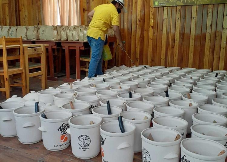 Las ollas de arcilla las producen en coordinación con artesanos de Pucará.