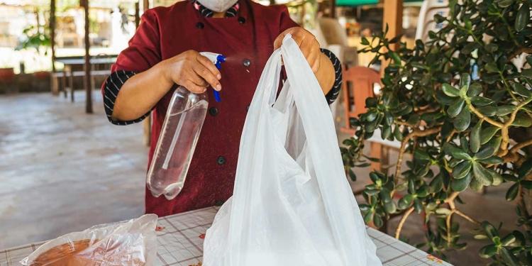 Compradores y comerciantes prefieren plastificar sus productos para facilitar la desinfección con alcohol o amonio cuaternario.
