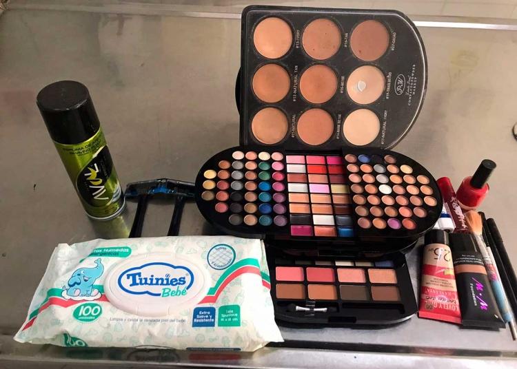 Para aplicar un maquillaje adecuado, es necesario contar con una variedad de productos de belleza.