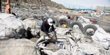 Aún quedan los rastros del antiguo botadero de la ciudad, que hoy está cubierto por un relleno sanitario sobre el que trabajan los recicladores.