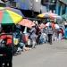 Triciclos con fruta y ropa, capturan el primer tramo de la avenida Vidaurrazaga, invadiendo parte de la pista.