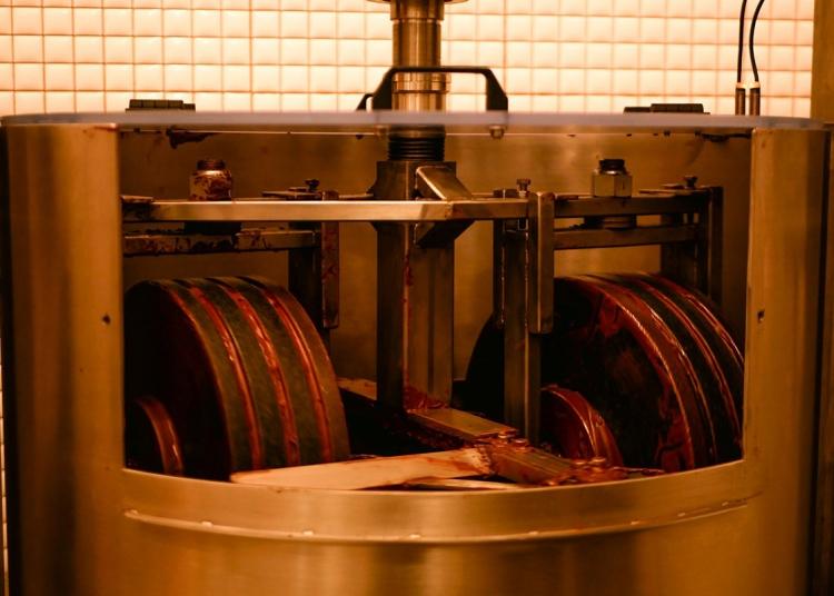 Chaqchao refina el cacao cusqueño y panela piurana por 96 horas, en una moledora de piedras de granito.