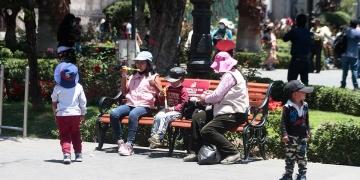 Irresponsabilidad. Niños son expuestos cada día en centros comerciales y mercados.