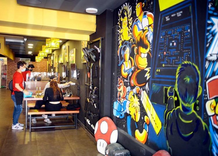 La decoración de Level Up, se basa en los principales videojuegos de la época del 80 y 90.