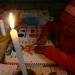 Tres hermanitos estudian a la luz de la vela porque la carga del panel se agotó.