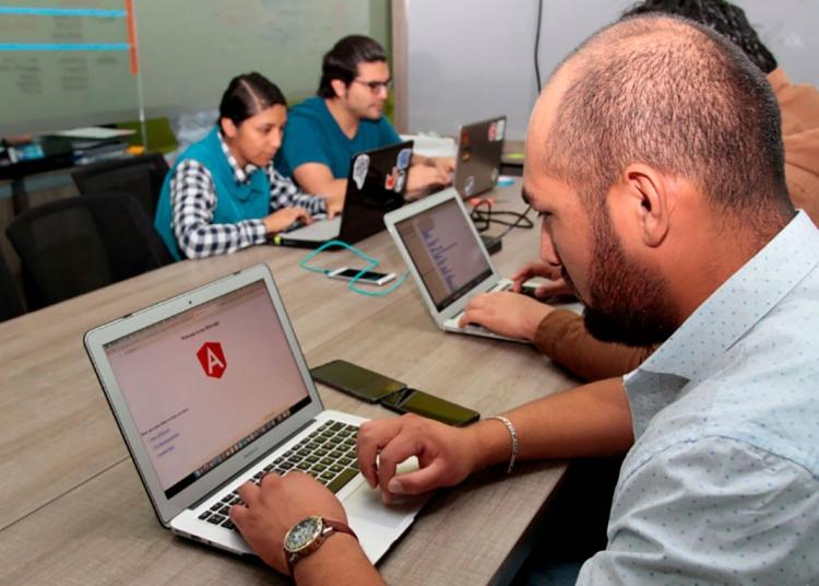 El equipo de Apselom, ayudó a muchas empresas que se forjaron en la Incubadora de Negocios de la UCSP (Kaman) a alcanzar sus objetivos.