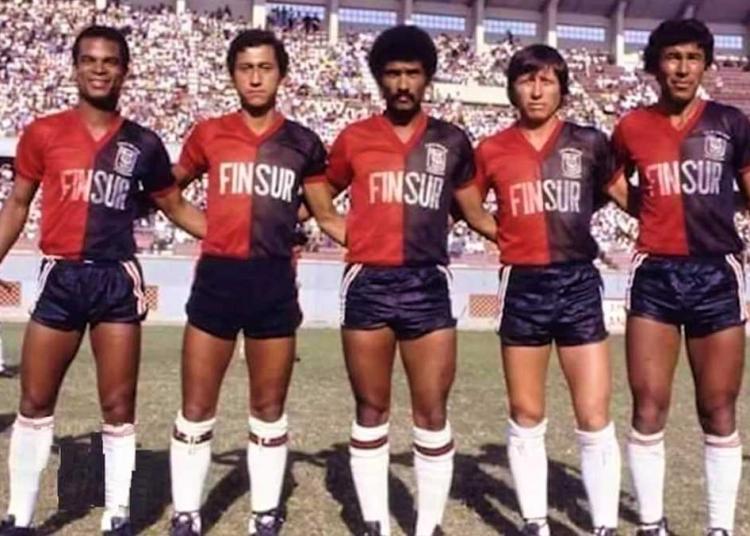Briceño (el segundo de la izquierda), debutó en el fútbol profesional con FBC Melgar en 1984.