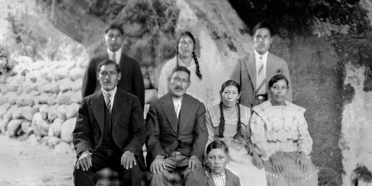 Familia desconocida de Arequipa en la primera mitad del siglo XX. (Foto: Archivo Glave y Alcázar)