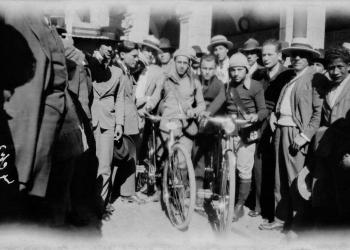 Ciclistas en la plaza de Armas de Arequipa. (Foto: Archivo Glave y Alcázar)