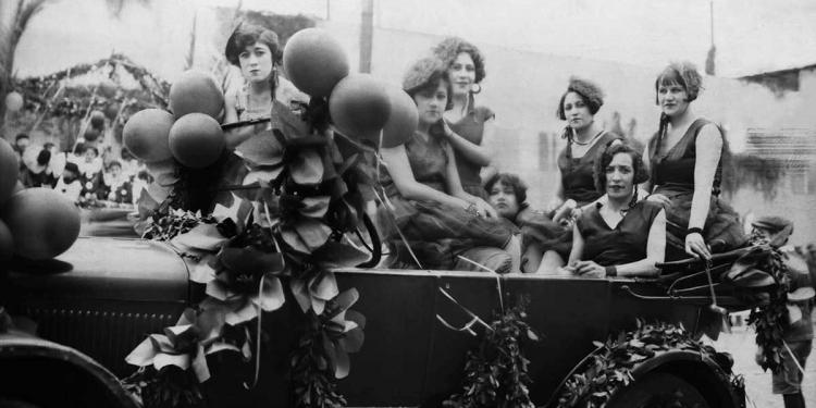 Grupo de mujeres jóvenes en carro alegórico. (Foto: Archivo Glave y Alcázar)