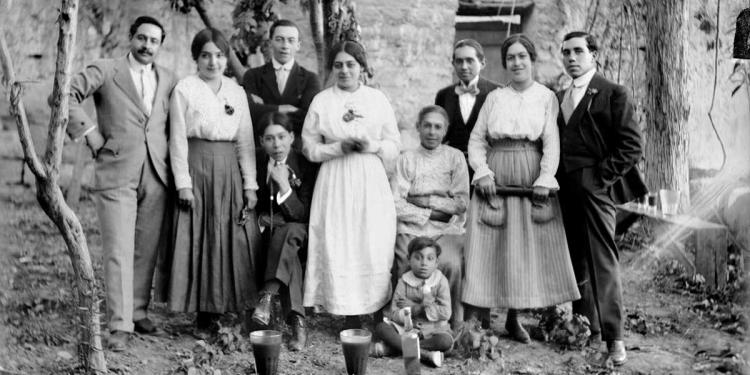 Familia arequipeña desconocida junto a caporales de chicha de wiñapo y anisado. (Foto: Archivo Glave y Alcázar)