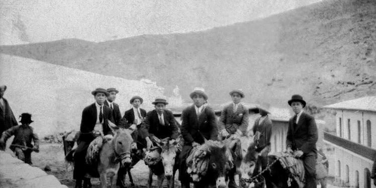 Grupo de hombres de paseo en Yura, montados en burro. (Foto: Archivo Glave y Alcázar).