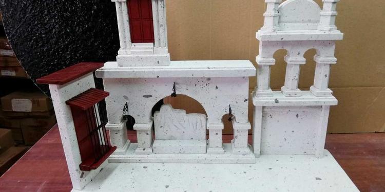 Su especialidad es realizar obras en miniatura de la arquitectura arequipeña.
