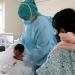Las enfermeras también enseñan a las madres cómo atender a sus niños.