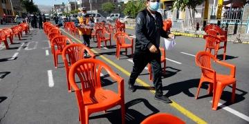 Antes faltaban sillas en los centros de vacunación por la alta demanda, pero ahora estas lucen vacías.