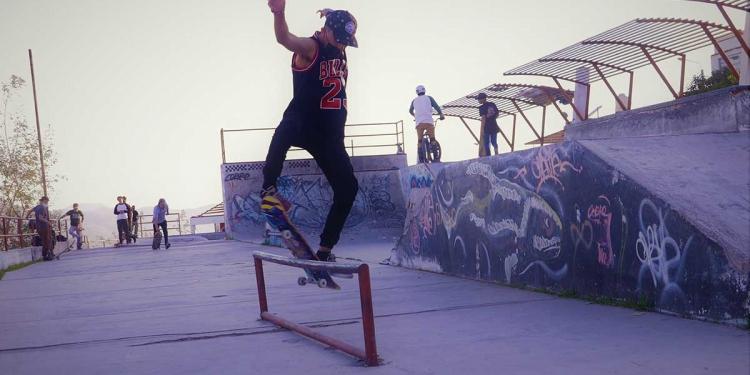 El skateboarding se practica en todo el mundo y exalta la destreza en los saltos y trucos.