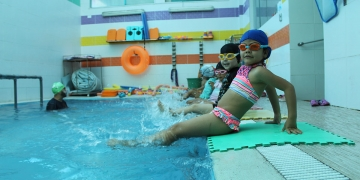 Diversión. Los más pequeños son los que más se divierten chapoteando y lanzándose a la piscina.