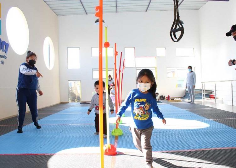 Control. En algunos casos, los padres acompañan a los niños en los ejercicios que realizan.