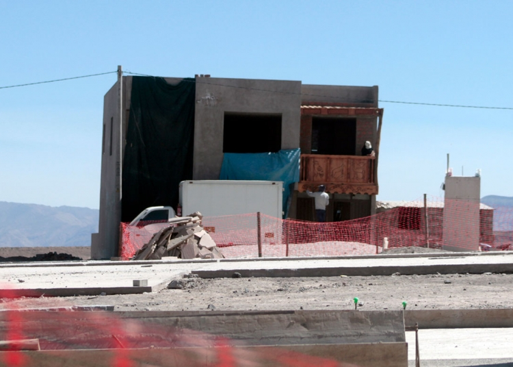 Frente a esta plaza, el gobernador regional tendría una vivienda enchapada de tallados en madera con motivos andinos.