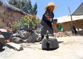 Doña Magdalena cocina a leña y recuerda con dolor cómo era antes su pueblo. El drama empezó, cuando el 'ojo de agua' empezó a secarse.